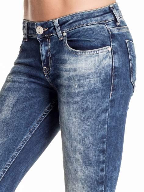 Granatowe gniecione spodnie skinny jeans z efektem marmurkowym                                  zdj.                                  5