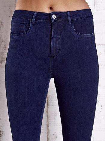 Granatowe jeansowe spodnie skinny jeans z kieszeniami                                  zdj.                                  4