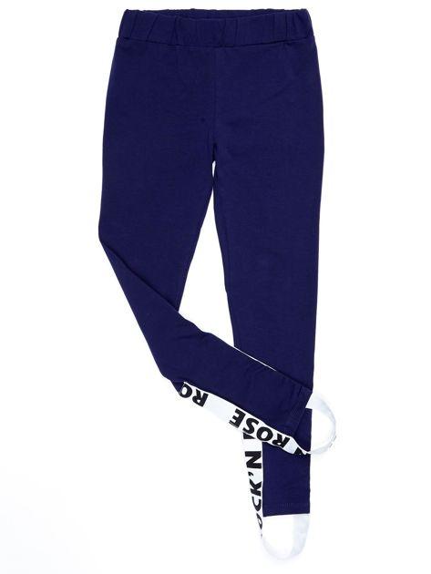 Granatowe legginsy dla dziewczynki z napisami                              zdj.                              6