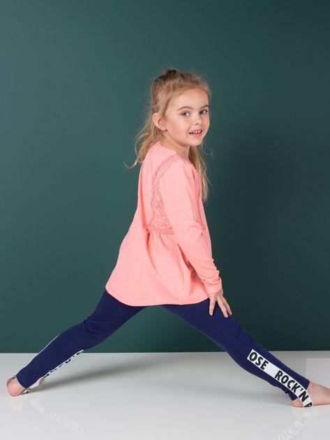 Granatowe legginsy dla dziewczynki z napisami                              zdj.                              3