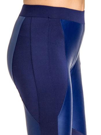 Granatowe legginsy modelujące ze skórzanymi panelami                                  zdj.                                  6