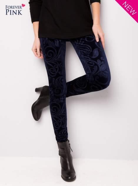 Granatowe legginsy z weluru tłoczone w roślinny wzór                                  zdj.                                  1