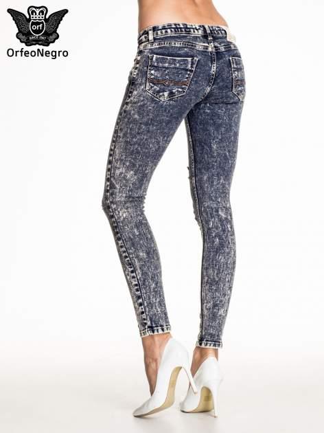 Granatowe marmurkowe spodnie skinny jeans z przetarciami                                  zdj.                                  4
