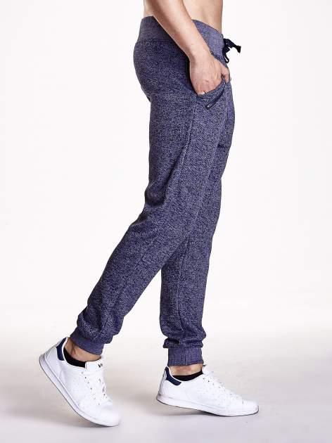 Granatowe melanżowe spodnie męskie z zasuwanymi kieszeniami                                  zdj.                                  2
