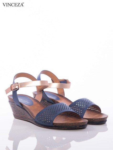 Granatowe sandały Vinceza na koturnach z ażurowym przodem i perłoworóżowym paskiem                              zdj.                              2