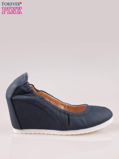 Granatowe siateczkowe buty na koturnie