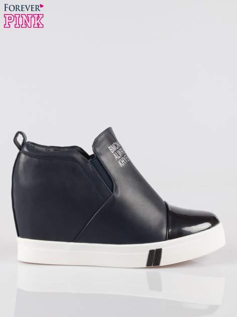 Granatowe sneakersy trampki na koturnie z lakierowanym czubkiem