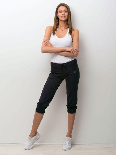Granatowe spodnie capri z aplikacją                                  zdj.                                  3