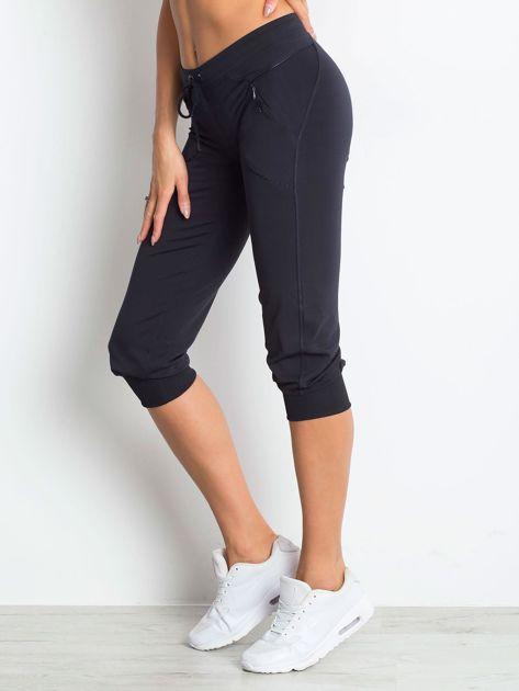 Granatowe spodnie capri z kieszonką                                  zdj.                                  3