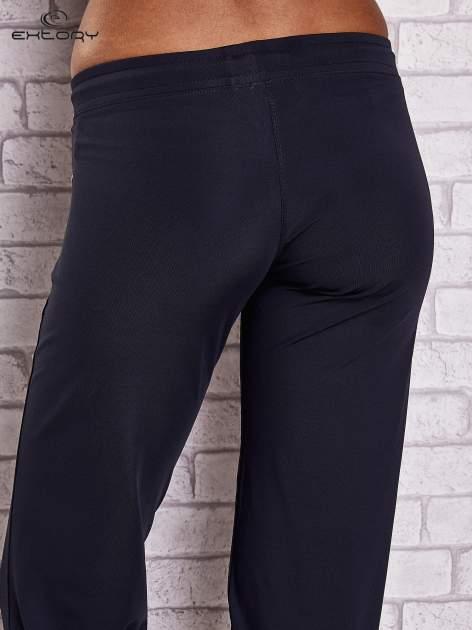 Granatowe spodnie capri z wszytą kieszonką                                  zdj.                                  6
