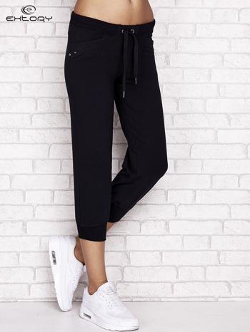 Granatowe spodnie dresowe capri z aplikacją na kieszeniach                                  zdj.                                  1