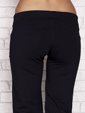 Granatowe spodnie dresowe capri z dziewczęcymi nadrukami                                  zdj.                                  6