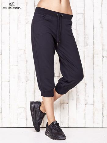 Granatowe spodnie dresowe capri ze ściągaczami na dole                                  zdj.                                  1