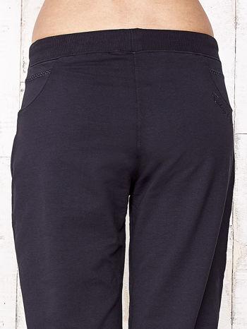 Granatowe spodnie dresowe capri ze ściągaczami na dole                                  zdj.                                  6