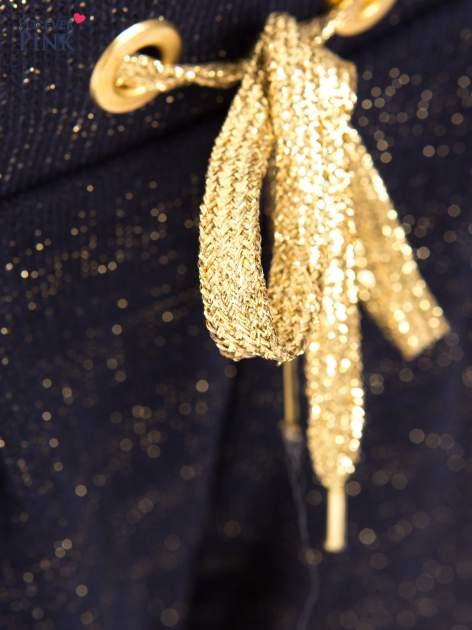 Granatowe spodnie dresowe przeplatane metaliczną nicią                                  zdj.                                  3