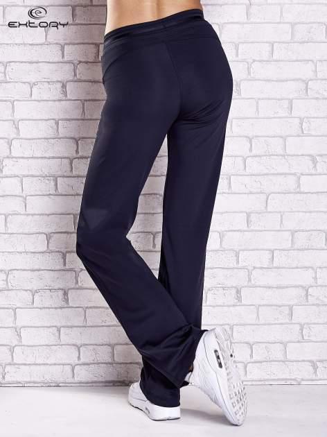Granatowe spodnie dresowe z guziczkami                                  zdj.                                  3