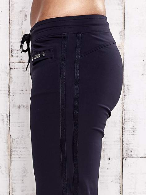 Granatowe spodnie dresowe z kieszonką na suwak                                  zdj.                                  5