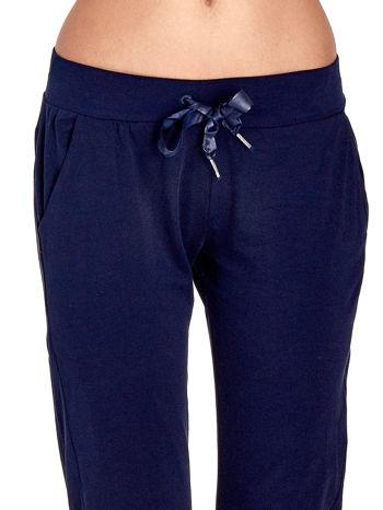 Granatowe spodnie dresowe z nogawką ze ściągaczem                                  zdj.                                  4