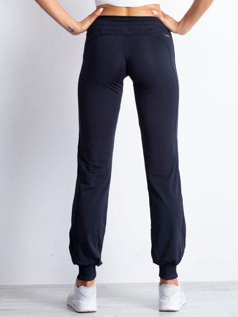 Granatowe spodnie dresowe ze ściągaczem                                  zdj.                                  2
