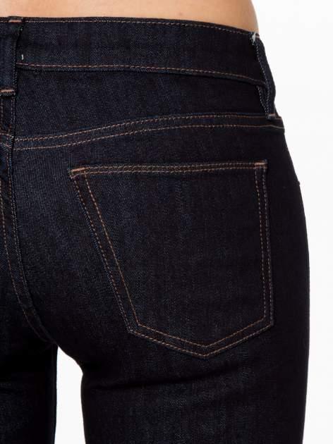 Granatowe spodnie jeansowe rurki                                   zdj.                                  6
