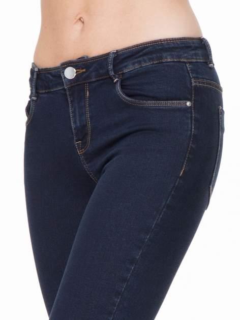 Granatowe spodnie jeansowe rurki 7/8                                  zdj.                                  5