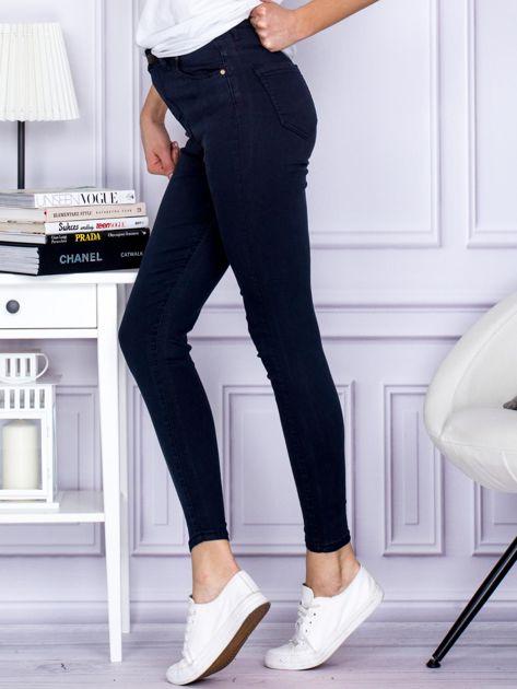 Granatowe spodnie jeansowe slim z wysokim stanem                                  zdj.                                  3