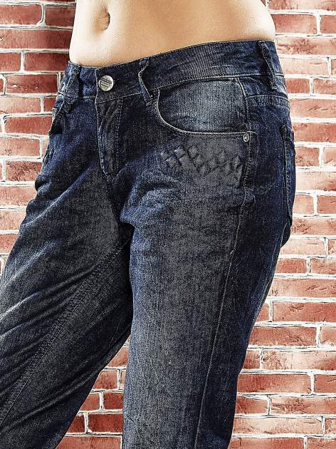 Granatowe spodnie regular jeans z tłoczeniem przy kieszeniach                                  zdj.                                  5