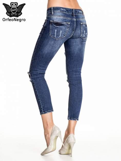 Granatowe spodnie skinny jeans z czarnymi łatami                                  zdj.                                  4