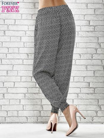 Granatowe zwiewne spodnie alladynki w drobny wzór geometryczny                                  zdj.                                  4