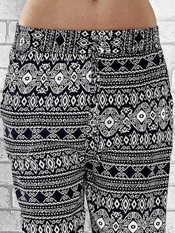 Granatowe zwiewne spodnie alladynki we wzór aztecki                                  zdj.                                  5