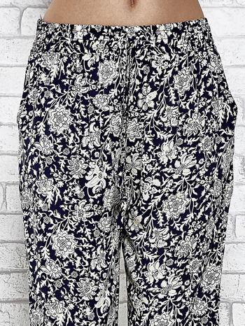 Granatowe zwiewne spodnie alladynki we wzór kwiatków                                  zdj.                                  5