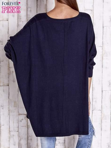 Granatowy długi sweter oversize z nietoperzowymi rękawami                                  zdj.                                  4