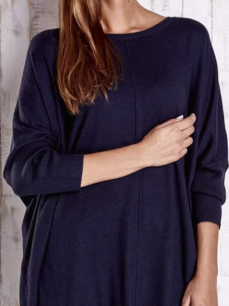 Granatowy długi sweter oversize z nietoperzowymi rękawami                                  zdj.                                  5