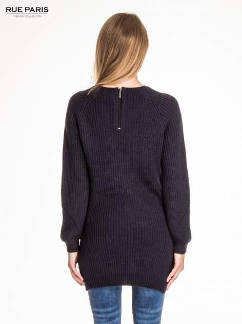 Granatowy długi sweter z suwakiem z tyłu                                  zdj.                                  2