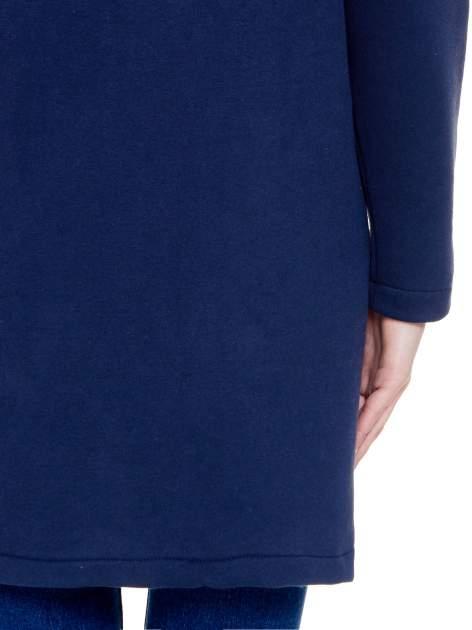 Granatowy dresowy płaszcz z kapturem i kieszeniami                                  zdj.                                  8