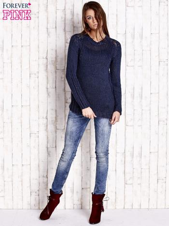 Granatowy dzianinowy sweter o szerokim splocie                                  zdj.                                  2