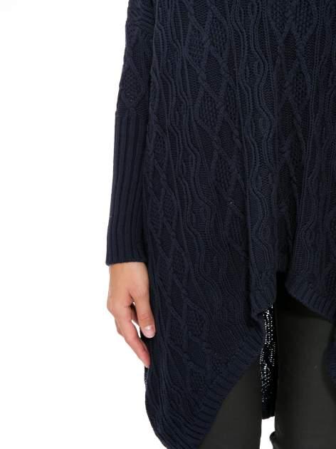 Granatowy dziergany długi sweter o kroju oversize                                  zdj.                                  7