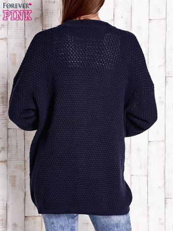 Granatowy fakturowany otwarty sweter                                   zdj.                                  4