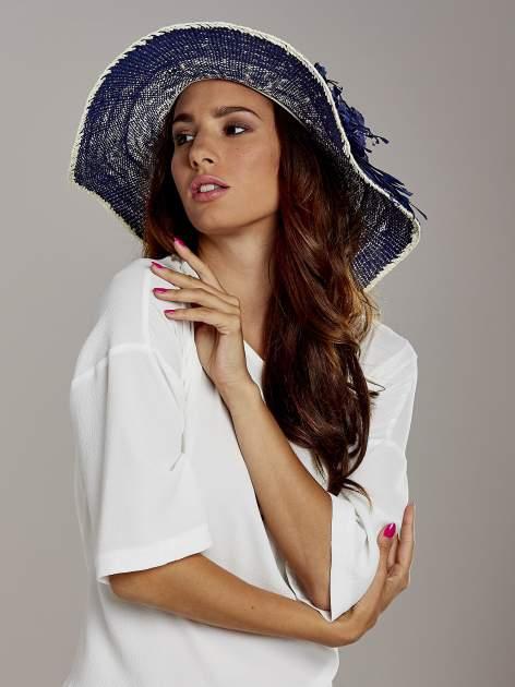 Granatowy kapelusz słomiany z dużym rondem i kwiatem                                  zdj.                                  1