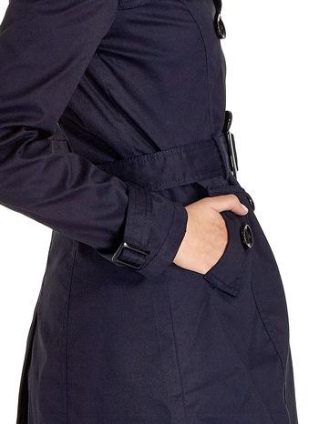 Granatowy klasyczny płaszcz typu trencz                                  zdj.                                  6