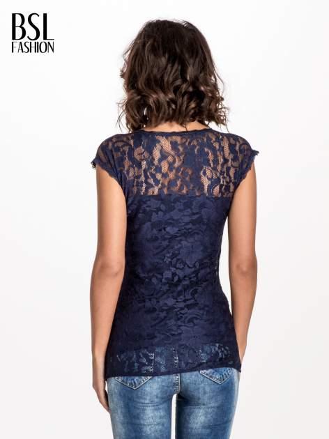 Granatowy koronkowy t-shirt z głębokim dekoltem                                  zdj.                                  3