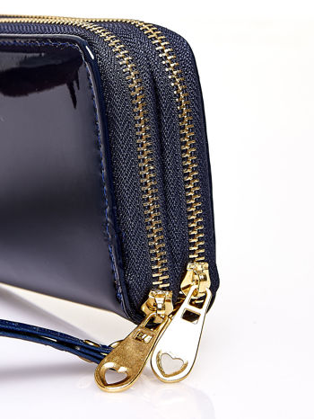 Granatowy lakierowany portfel z uchwytem na rękę                                  zdj.                                  4