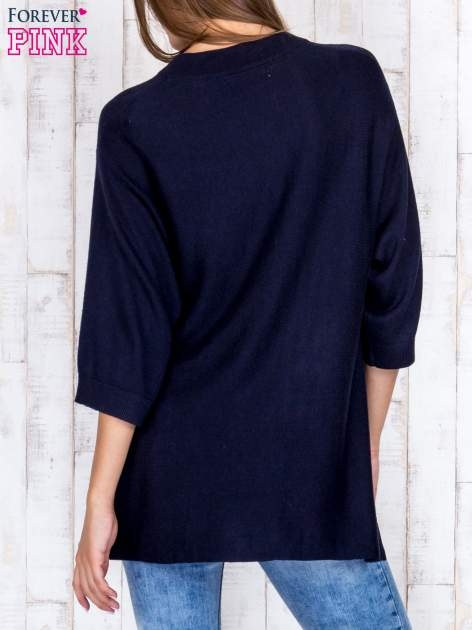 Granatowy luźny sweter oversize z bocznymi rozcięciami                                  zdj.                                  4