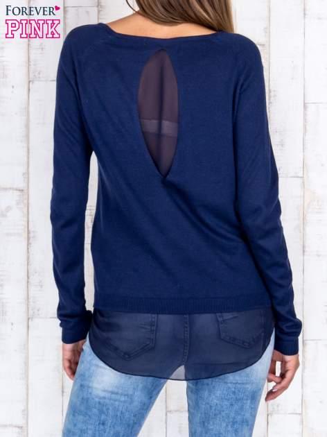 Granatowy luźny sweter z siateczką i wycięciem z tyłu                                  zdj.                                  4