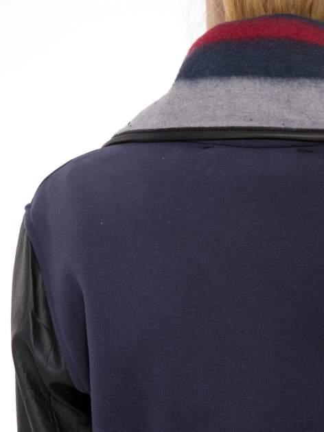 Granatowy płaszcz ze skórzanymi rękawami i paskiem                                  zdj.                                  7