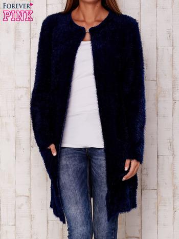 Granatowy puszysty sweter z otwartym dekoltem
