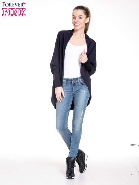 Granatowy sweter narzutka z nietoperzowymi rękawami                                  zdj.                                  2