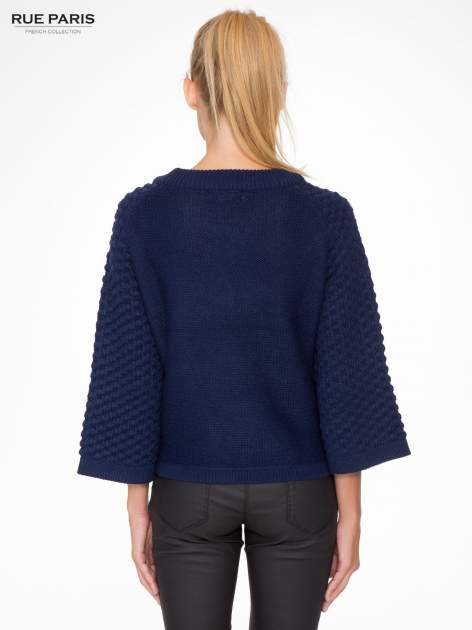 Granatowy sweter o bąbelkowej fakturze                                  zdj.                                  4