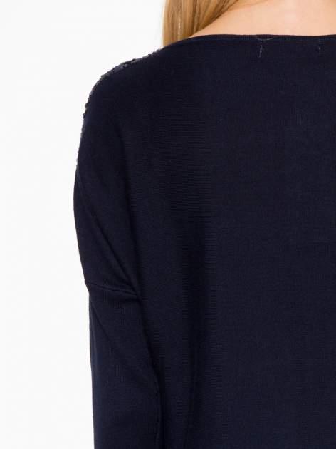 Granatowy sweter o nietoperzowym kroju z cekinową aplikacją na rękawach                                  zdj.                                  10
