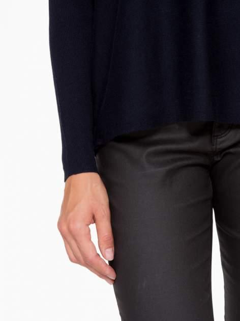 Granatowy sweter o nietoperzowym kroju z cekinową aplikacją na rękawach                                  zdj.                                  7